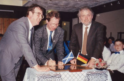 Signing the Partnership Certificate in the Kaim Park Hotel, 1989